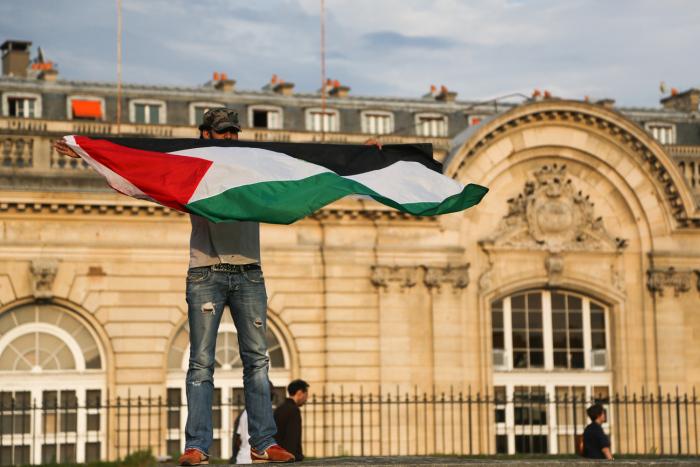 Manifestant pro-Palestine à Paris. Photo : Jeanne Frank ©